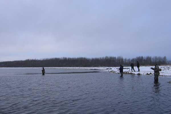 зимний спиннингтсты ловят или ждут клева