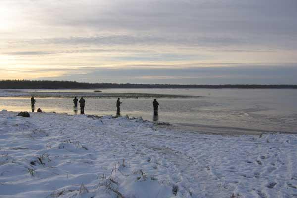 зимние спиннингисты на выходе из озера